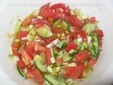 Salata de castraveti cu rosii si usturoi verde